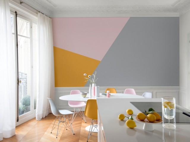 Une fresque colorée et géométrique sur le mur