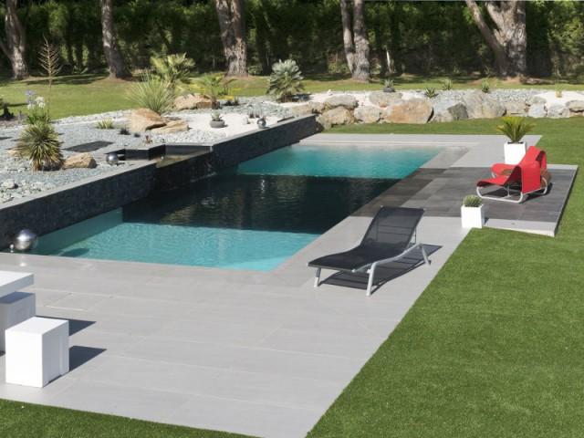 Une fosse de plongée installée au milieu de la piscine - Une piscine équipée d'une fosse de plongée