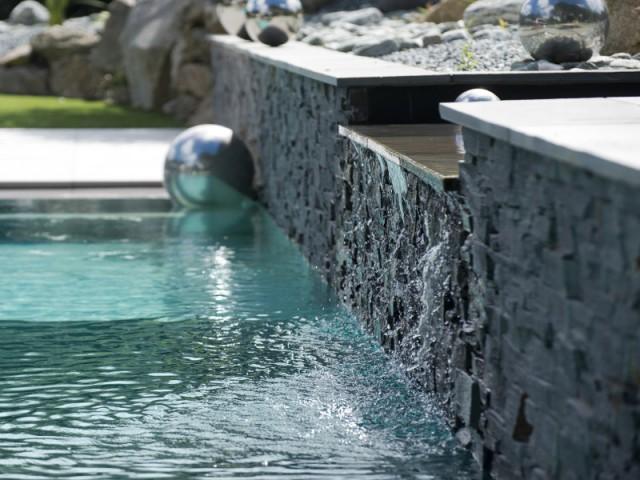 Une pierre naturelle pour que l'eau s'écoule comme une source - Une piscine équipée d'une fosse de plongée