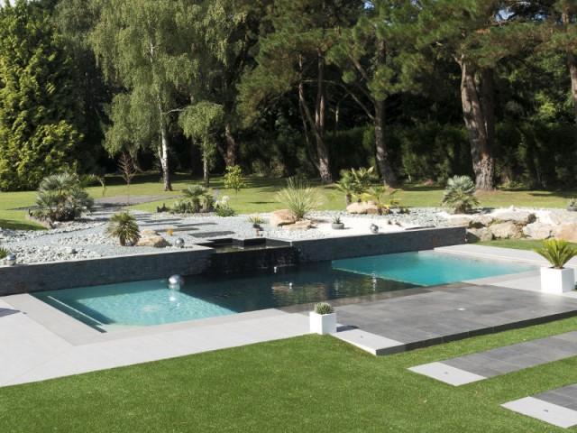 Des boules de bassin en inox pour refléter la lumière - Une piscine équipée d'une fosse de plongée