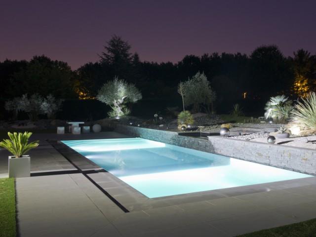 Des LEDs de couleurs pour une piscine étincelante - Une piscine équipée d'une fosse de plongée