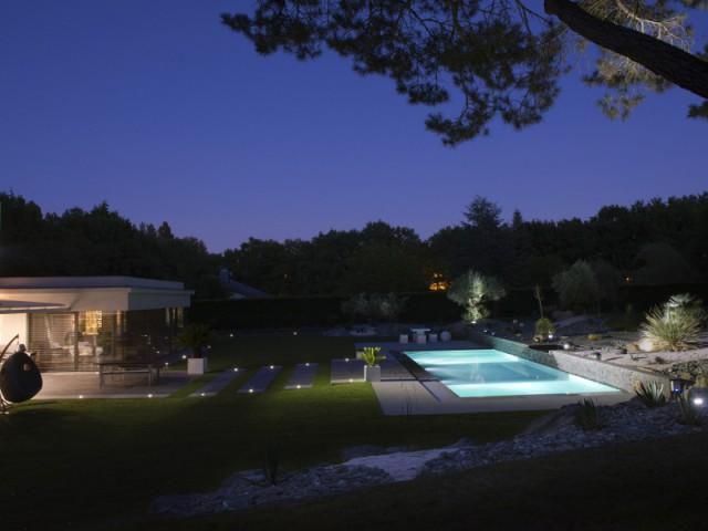 Une piscine contemporaine élaborée pour des passionnés de plongée  - Une piscine équipée d'une fosse de plongée