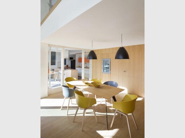 Le bois pour lier les différents espaces de la maison  - Une maison contemporaine au coeur de la nature