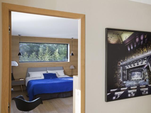 """Une chambre comme une """"petite boîte en bois""""  - Une maison contemporaine au coeur de la nature"""