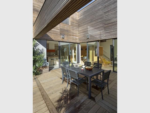 Une terrasse géométrique nichée au cœur de la maison  - Une maison contemporaine au coeur de la nature