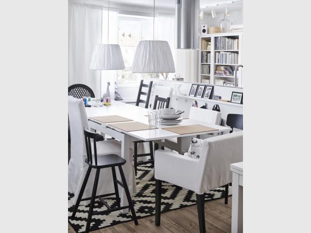 Une table tout en longueur pour une cuisine pleine de vie - Une vraie table de repas dans la cuisine