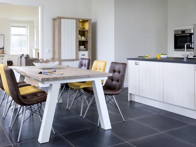 Une table tout en bois pour une cuisine chaleureuse - Une vraie table de repas dans la cuisine