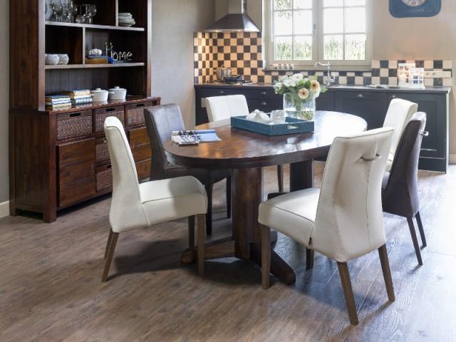 Une table classique pour une cuisine à l'anglaise  - Une vraie table de repas dans la cuisine