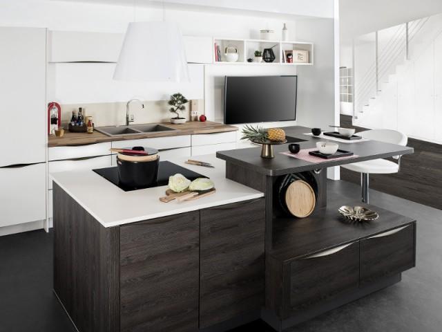 Une table aérienne pour une cuisine géométrique - Une vraie table de repas dans la cuisine