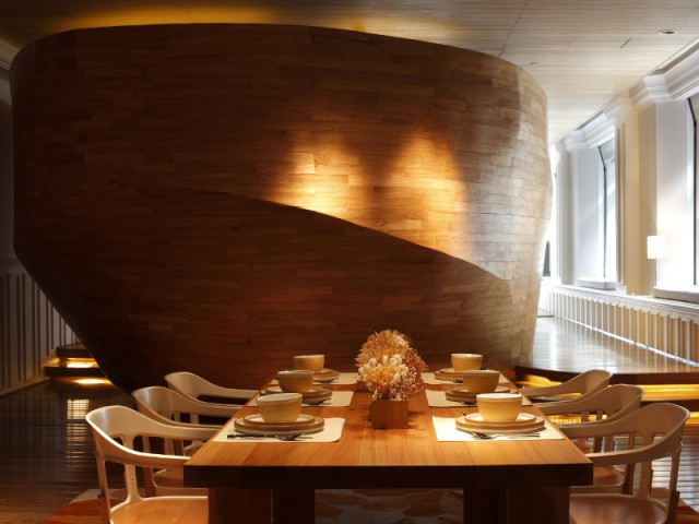Une vague de bois fait office de cloison - The Swatch Art Peace Hôtel