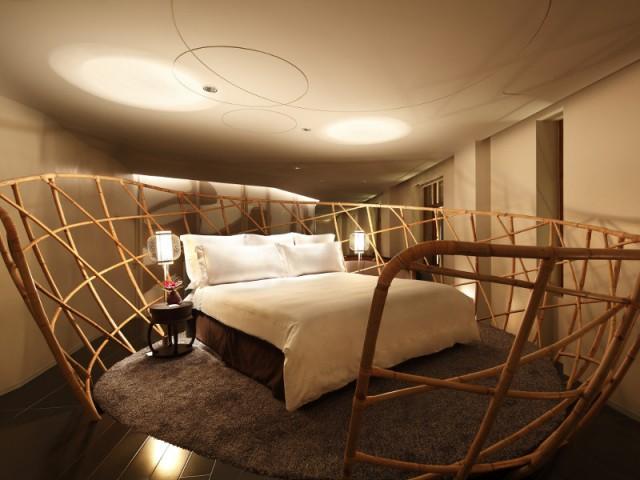 Un lit entouré de rotin pour une chambre en cocon - The Swatch Art Peace Hôtel