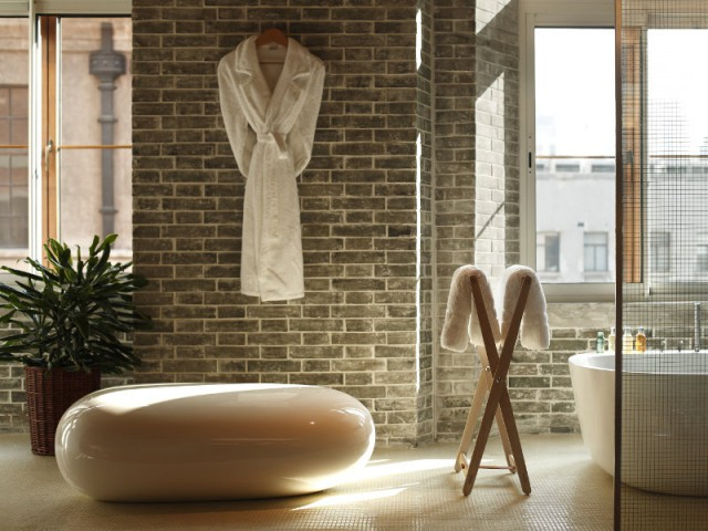 Une salle de bains en brique pour une ambiance industrielle - The Swatch Art Peace Hôtel