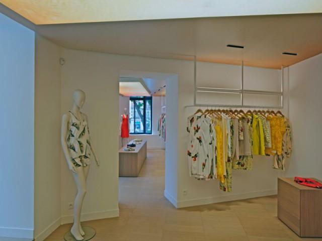 Volumes monolithiques de bois - La boutique Cacharel rue de Buci à Paris conçue par les équipes de Jean Nouvel Design