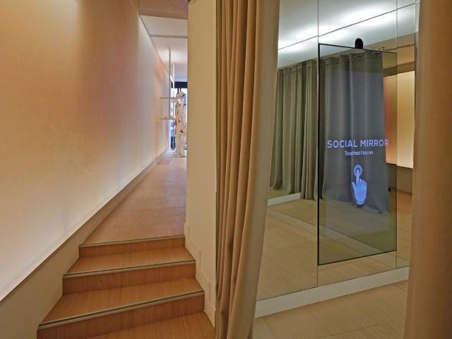 Cabine d'essayage et mur de l'escalier en miroir  - La boutique Cacharel rue de Buci à Paris conçue par les équipes de Jean Nouvel Design