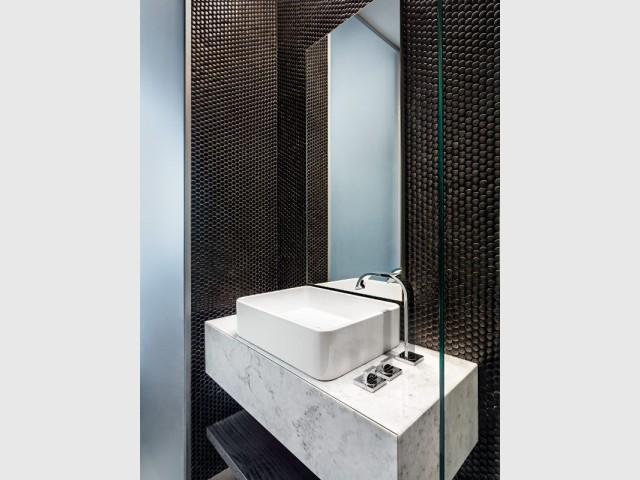 Une salle de bains en marbre et mosaïque
