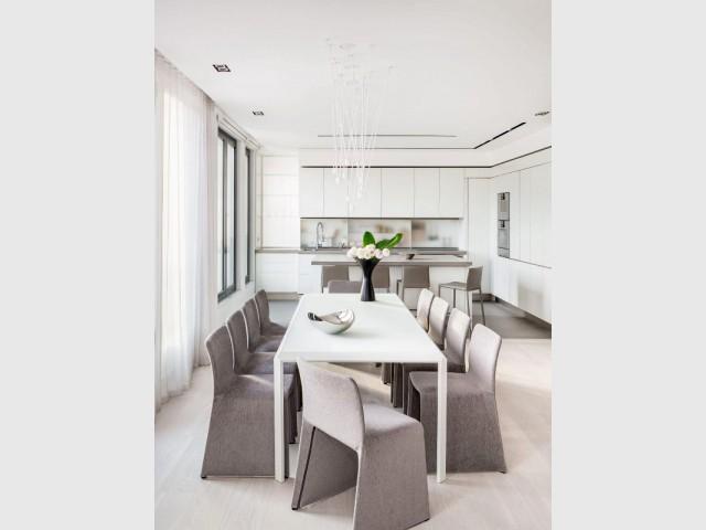 Une cuisine blanche et discrète dans un penthouse de luxe