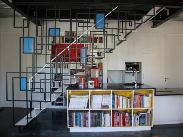 Un escalier coloré et géométrique style Mondrian