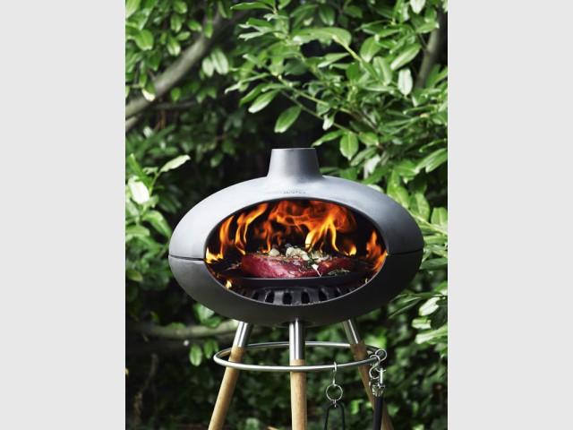 Un grill sur trépied pour un design robuste et élégant - Dix barbecues et planchas pour cuisiner au jardin