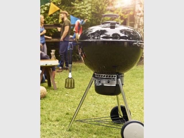 Un barbecue boule pour un style intemporel - Dix barbecues et planchas pour cuisiner au jardin