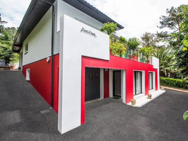 un rouge flamboyant pour la façade d'une maison