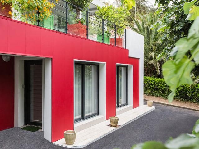 Une teinte rouge propre aux façades traditionnelles basque - un rouge flamboyant pour la façade d'une maison