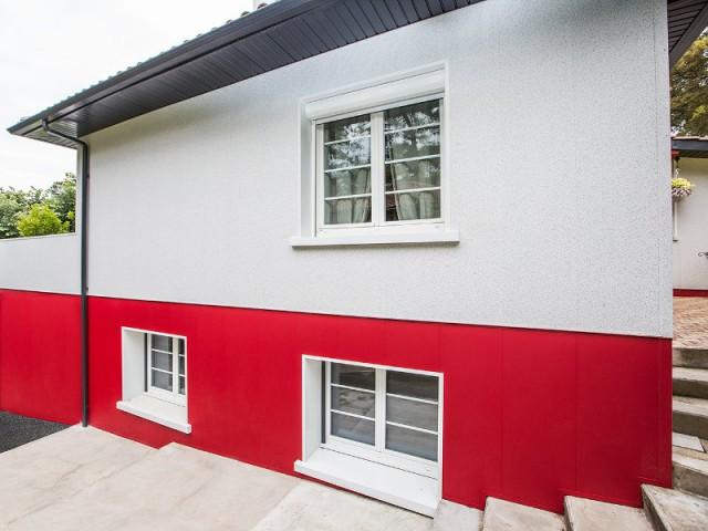 Des grandes ouvertures pour profiter de la lumière  - un rouge flamboyant pour la façade d'une maison