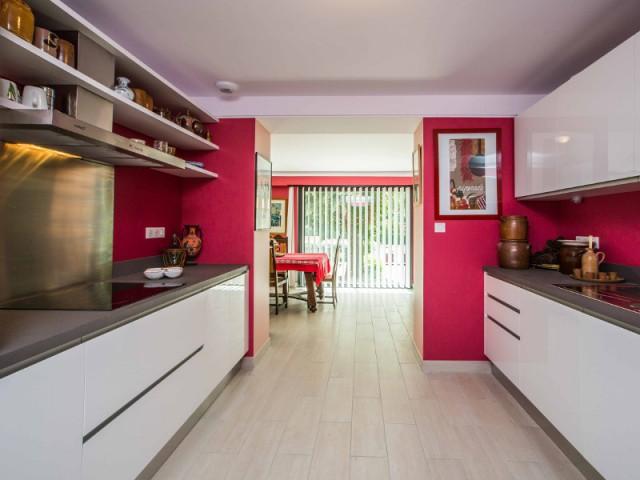 Une cuisine toute de rouge vêtue pour être en harmonie avec la façade - un rouge flamboyant pour la façade d'une maison
