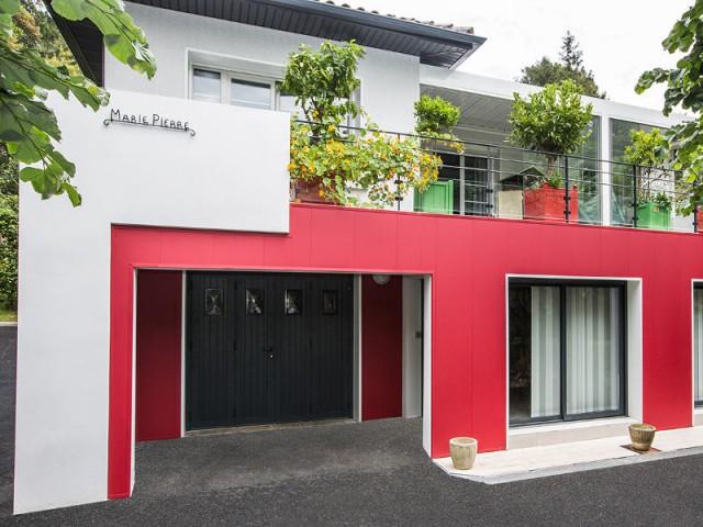Un nom pour une maison respectant les traditions basques  - un rouge flamboyant pour la façade d'une maison