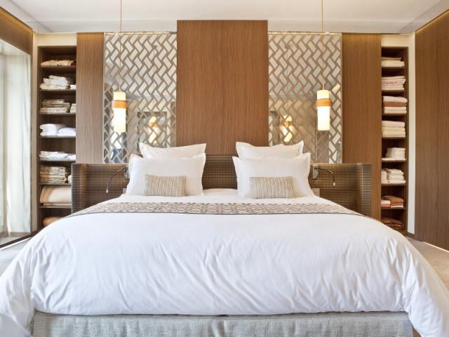 Des rangements dissimulés dans la chambre - Changement de style pour un luxueux duplex baroque