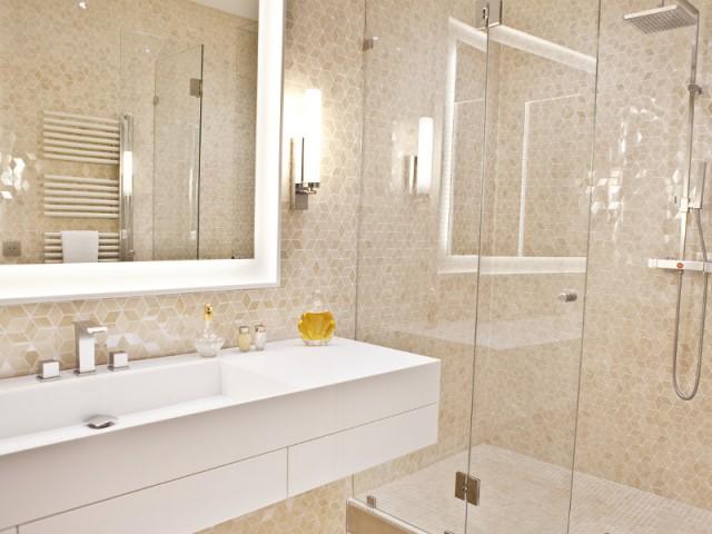 Une salle de bains adjacente à la chambre parentale - Changement de style pour un luxueux duplex baroque