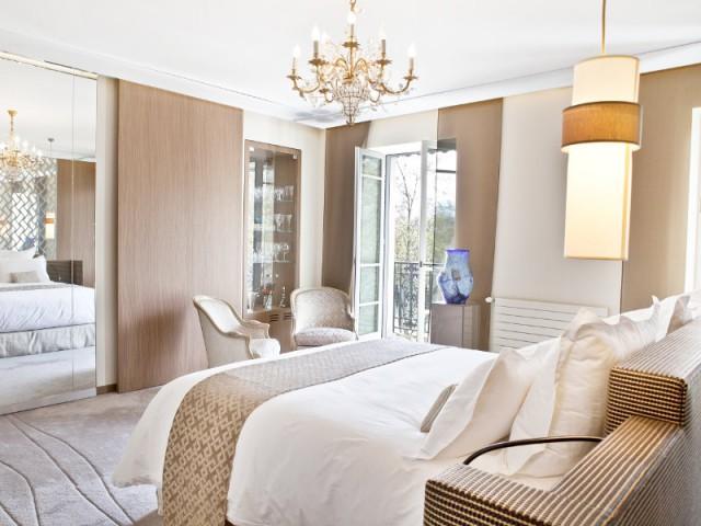 Un jeu de miroir pour passer d'une pièce à l'autre - Changement de style pour un luxueux duplex baroque