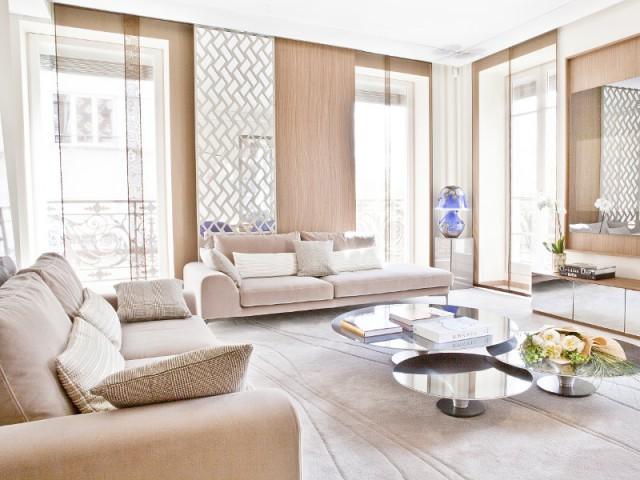 Un salon contemporain joue avec les lumières - Changement de style pour un luxueux duplex baroque