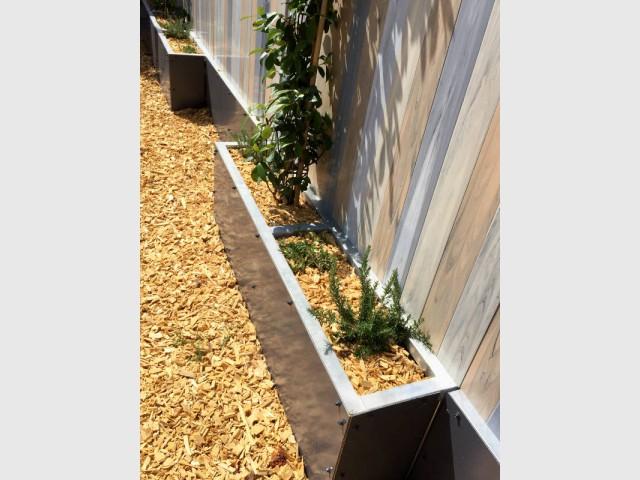 Des bacs intégrés au pied de la clôture