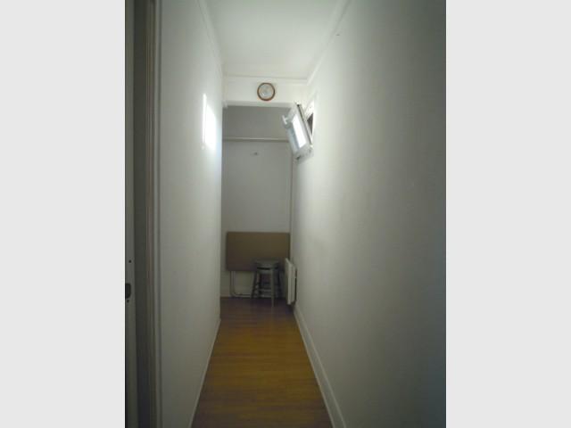 Avant : un couloir sombre et inutilisé - Optimiser un studio grâce au feng shui