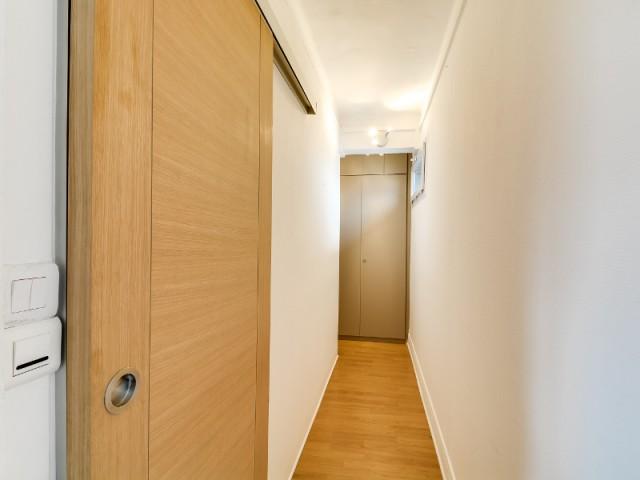 Après : un couloir lumineux et fonctionnel  - Optimiser un studio grâce au feng shui