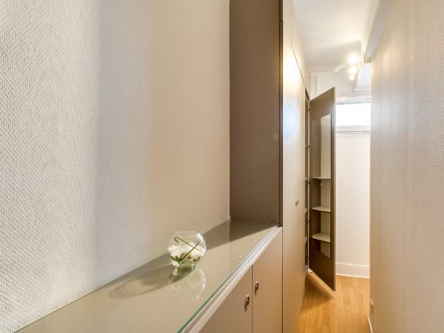 Des rangements dans l'entrée comme chemin vers la pièce à vivre - Optimiser un studio grâce au feng shui