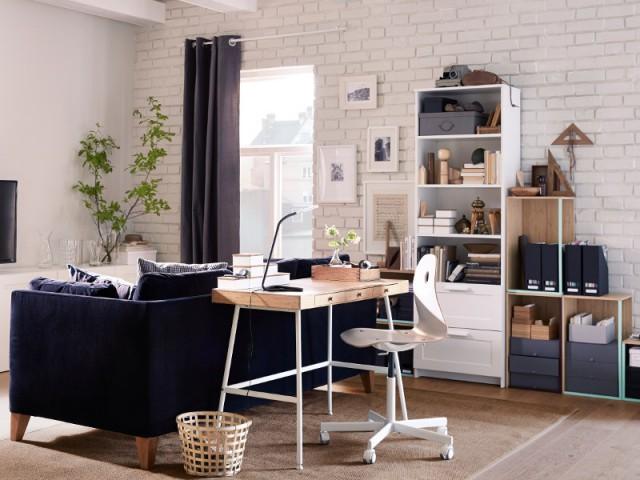 Un petit bureau glissé derrière un canapé