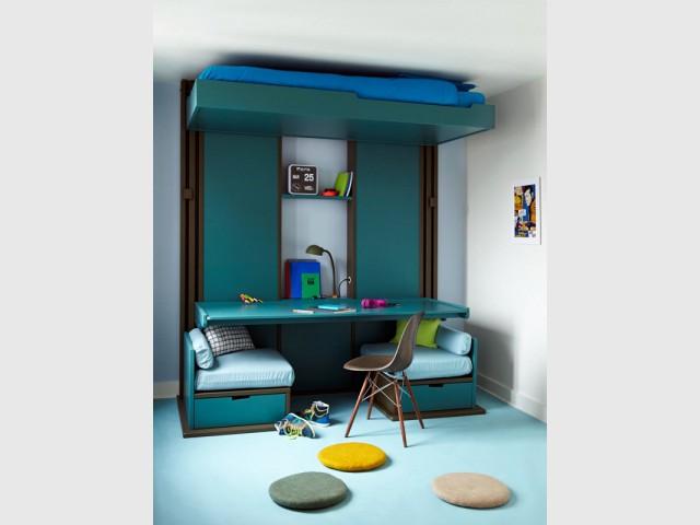 Un bureau caché sous un lit escamotable