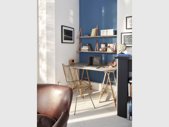 Un bureau glissé dans une alcôve, dans le salon