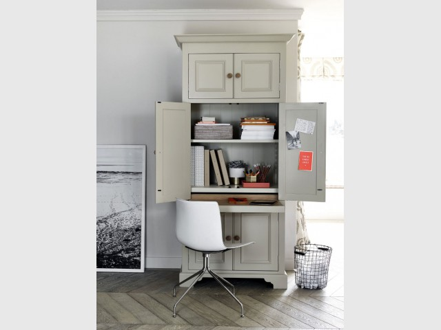 Un bureau caché dans une grande armoire
