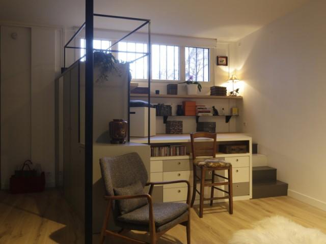 Un bureau avec vue sur un joli jardin de quartier - Jeux de niveaux pour un studio parisien