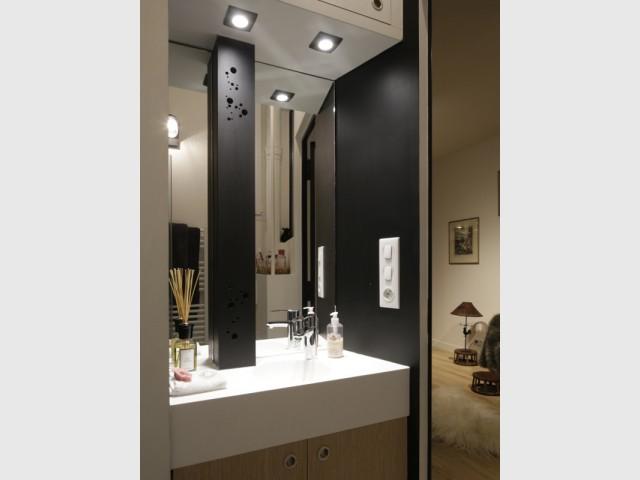 Une salle de bains intimiste - Jeux de niveaux pour un studio parisien