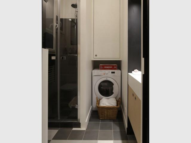 Une architecture de salle de bains tout en profondeur  - Jeux de niveaux pour un studio parisien
