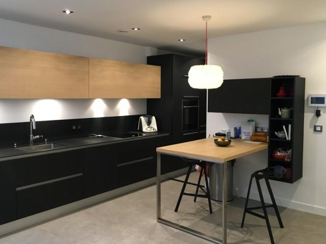 Après : une cuisine aménagée dans un esprit loft - Une cuisine design et fonctionnelle.