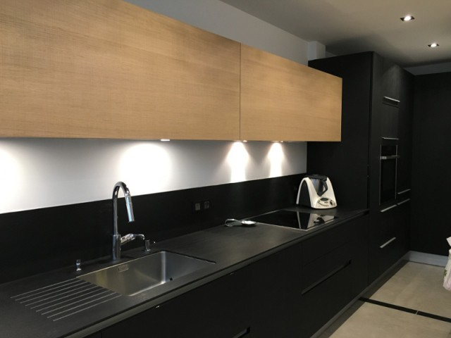 Une cuisine chaleureuse et contemporaine - Une cuisine design et fonctionnelle.