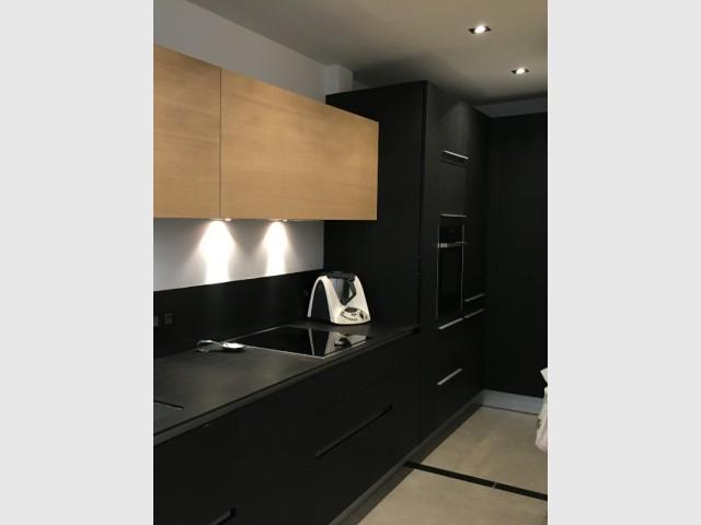 Une arrière-cuisine discrète et élégante - Une cuisine design et fonctionnelle.
