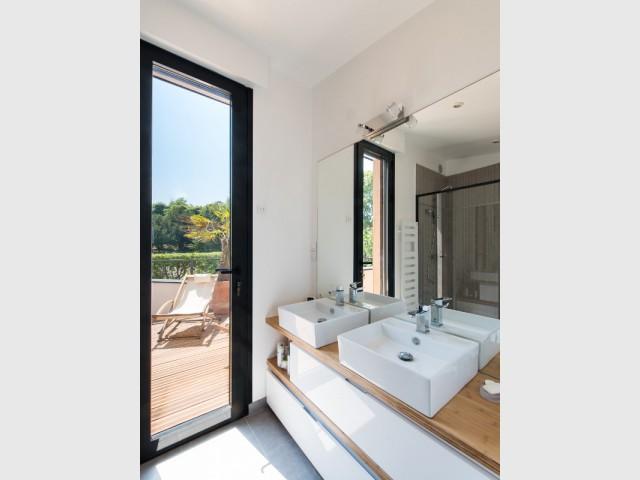 Une salle de bains élégante et moderne - une maison des années 1920 entièrement rénovée