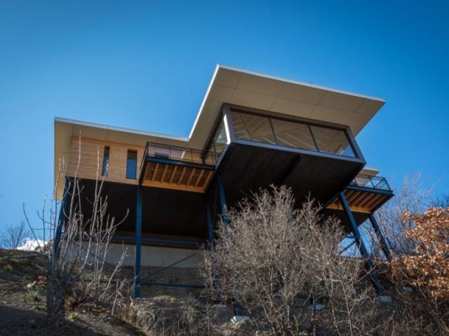 Maison suspendue au-dessus du vide : favoriser les apports naturels du soleil - Maison sur pilotis