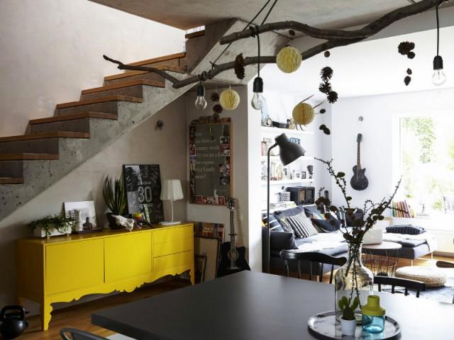 Une commode jaune sous l'escalier