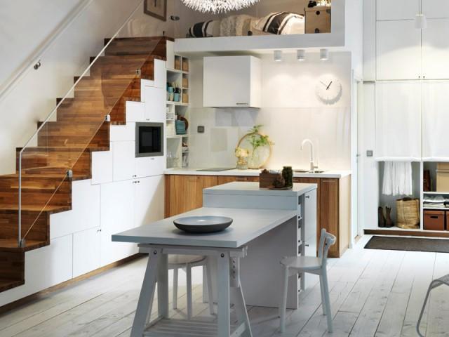 Des placards de cuisine intégrés sous l'escalier